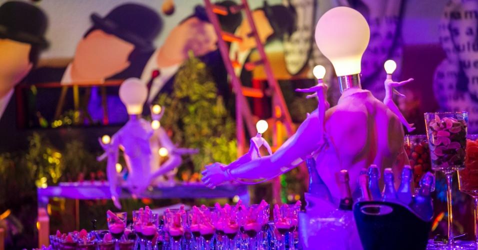 """6.fev.2015 - Festa Surreal no """"BBB15"""" tem decoração de lâmpadas, guarda-chuvas e escadasFesta Surreal no """"BBB15"""" tem decoração de lâmpadas, guarda-chuvas e escadas"""