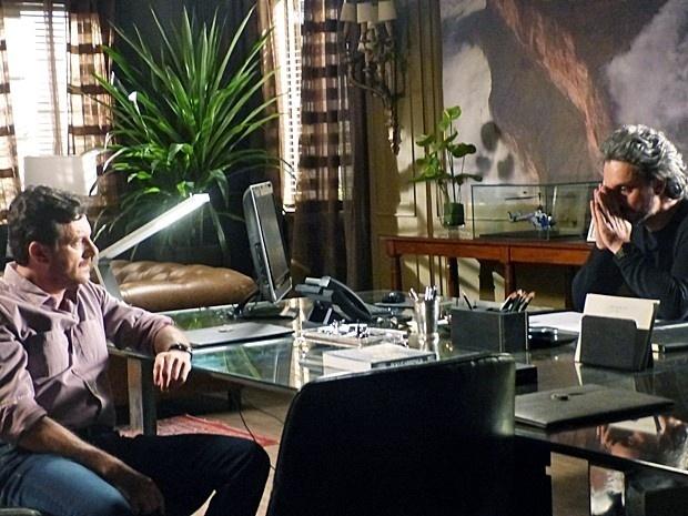 Zé Alfredo (Alexandre Nero) afirma a Josué (Roberto Birindelli) que acha que descobriu seu maior inimigo em