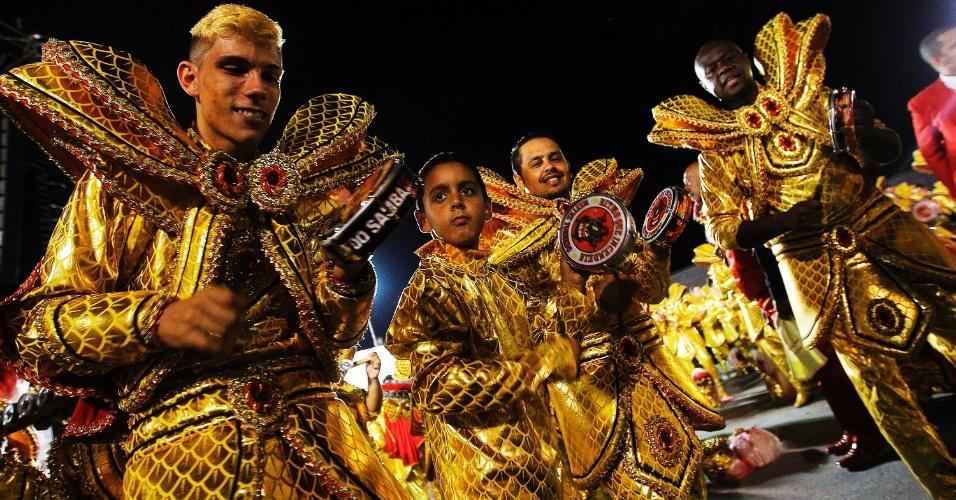 20.fev.2015 - Classificada em quinto lugar das campeãs de São Paulo, a Dragões da Real voltou para o Sambódromo do Anhembi para o desfile das campenas nesta sexta-feira. Os integrantes estavam bastante animados como no desfile oficial que aconteceu na última semana