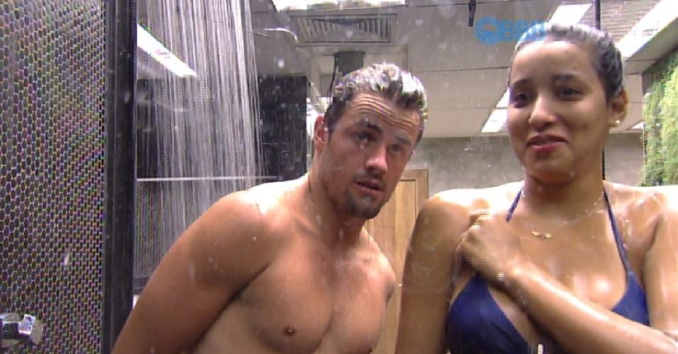 21.fev.2015 - 21.fev.2015 - Ao se lavar durante banho com Talita, Rafael deixa suas partes íntimas aparecerem. A sister percebe e brinca: