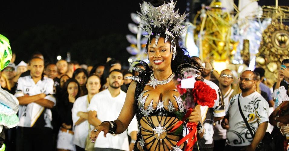 21.fev.2015 - A rainha de bateria da Vai-Vai, Camila Silva, evolui no Anhembi na madrugada deste sábado, quando a Vai-Vai voltou ao sambódromo para o desfile das campeãs. A escola conquistou o primeiro lugar do Carnaval 2015 de São Paulo