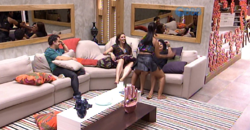 """21.fev.2015 - Amanda derruba Mariza no sofá em brincadeira e faz movimentos que simulam sexo entre Rafael e Talita. """"Que isso, é coelho?"""", pergunta Adrilles"""