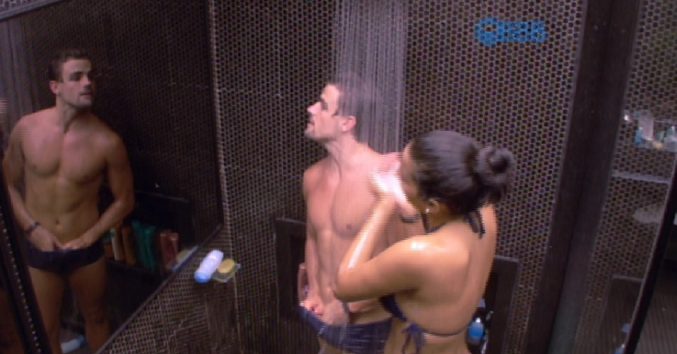 21.fev.2015 - Ao se lavar durante banho com Talita, Rafael deixa suas partes íntimas aparecerem. A sister percebe e brinca: