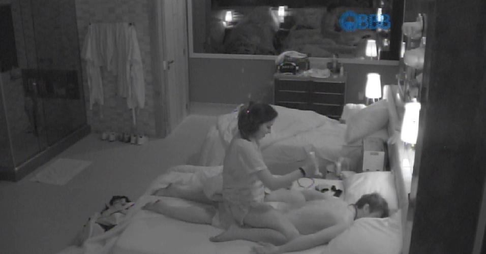 21.fev.2015 - Após clima tenso e chegar a dizer que deixaria o programa, Talita faz massagem em Rafael que depois retribui na mesma moeda