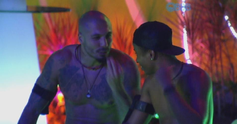 """21.fev.2015 - Fernando e Luan conversam francamente sentados ao lado da pista de dança. """"Você teve uma segunda chance aqui"""", diz Luan para o produtor cultural"""