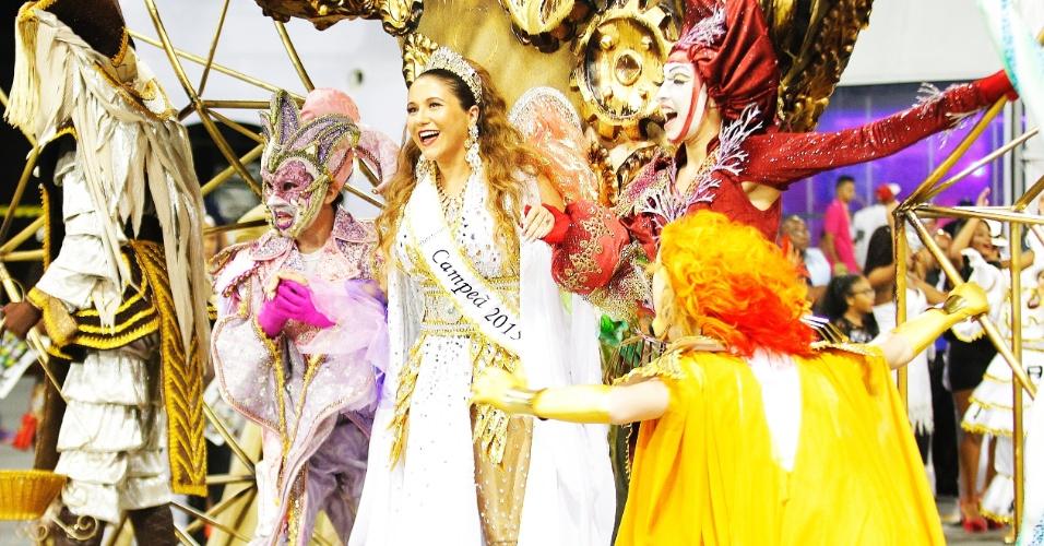 """21.fev.2015 - Maria Rita se emocinou na madrugada deste sábado, no desfile que comemora o 15º titulo da Vai-Vai em 85 anos de história. O enredo, """"Simplesmente Elis - A Fábula de Uma Voz na Transversal do Tempo"""", é uma homenagem à mãe da cantora, Elis Regina"""