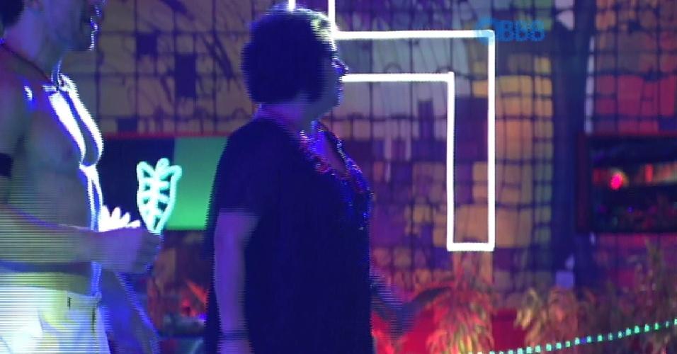 21.fev.2015 - Mariza aproveita a Festa Blackout. A professora além de provar as comidas, dança até sozinha na pista