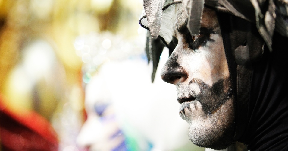 21.fev.2015 - Na madrugada deste sábado, a Vai-Vai, campeã do Carnaval 2015 em São Paulo, voltou ao sambódromo para o desfile das campeãs. Com o troféu nas mãos, os integrantes da escola do bairro do Bixiga apresentaram o enredo que homenageia a cantora Elis Regina