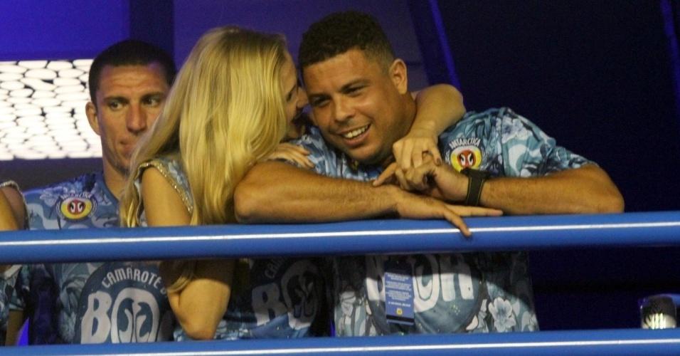 21.fev.2015 - O clima era de romance entre Ronaldo Fenômeno e sua nova namorada, a modelo Celina Locks. Os dois eram um grude só no camarote da Boa durante o desfile das campeãs, neste sábado (21)