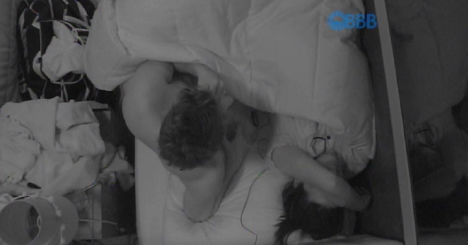 """21.fev.2015 - Talita chora e diz para Rafael que vai desistir do programa: """"Eu não sou um passarinho para ficar na gaiola""""."""