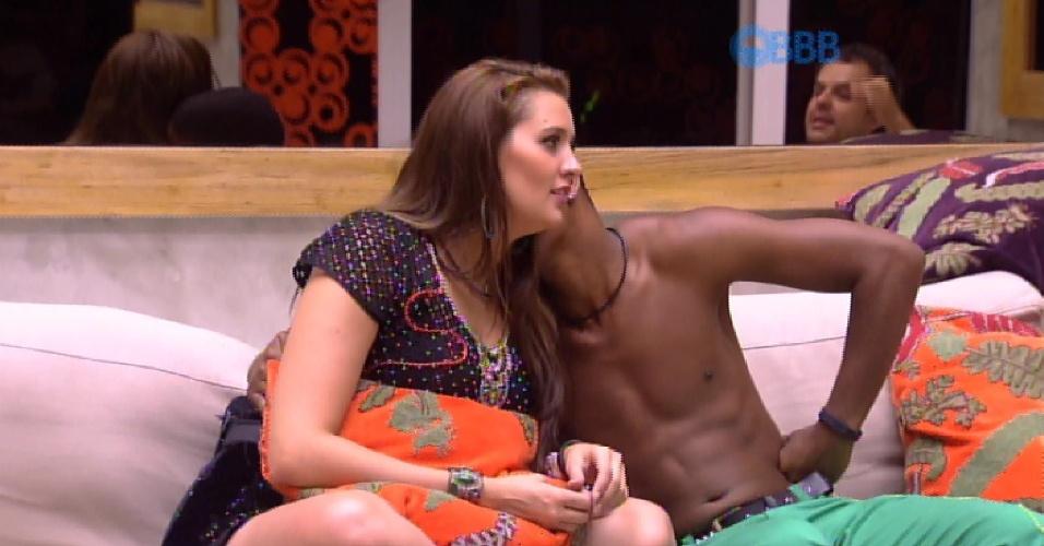 21.fev.2015 - Tamires agradece após Luan dizer que ela não engordou na casa e ele responde com um beijinho no rosto