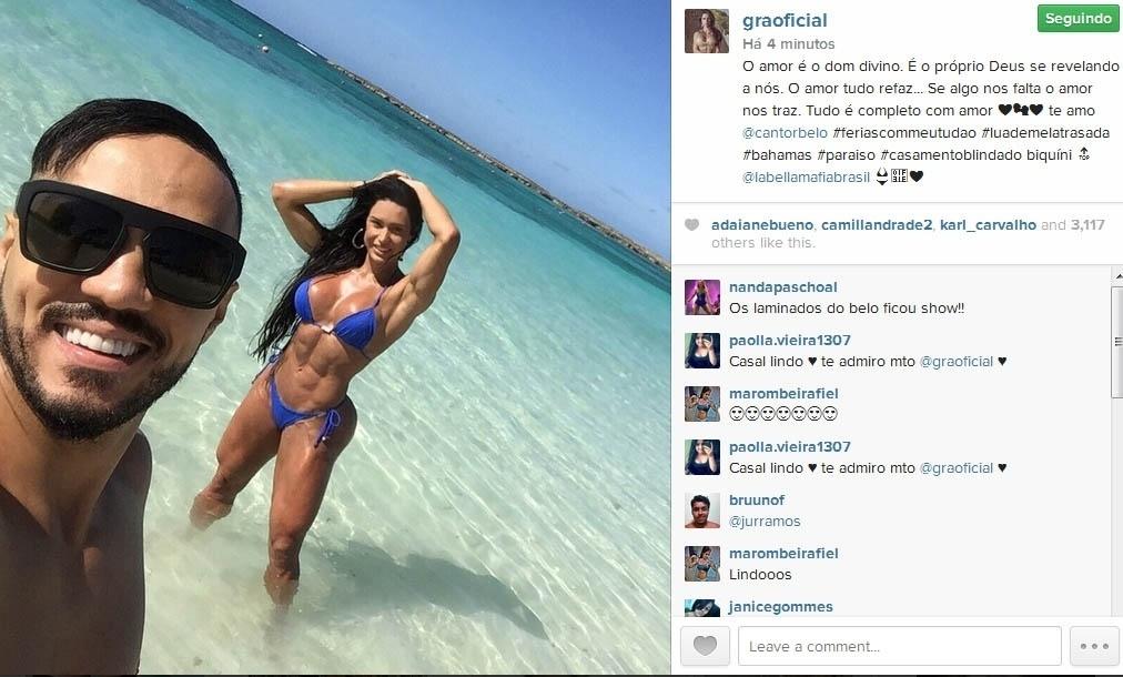 21.fev.2015- Belo faz selfie nas Bahamas com Gracyanne Barbosa de biquíni ao fundo: