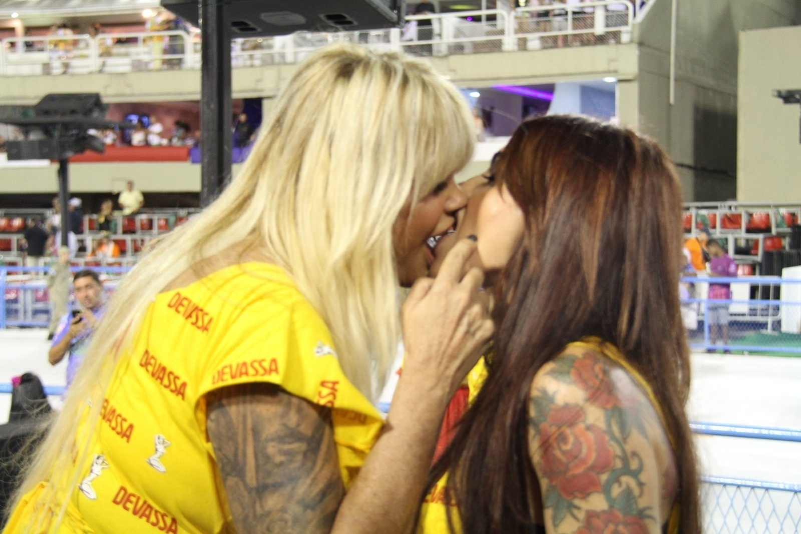 21.fev.2015- Monique Evans dá beijão na DJ Cacá Werneck em camarote da Sapucaí. As duas têm sido flagrada juntas com frequência