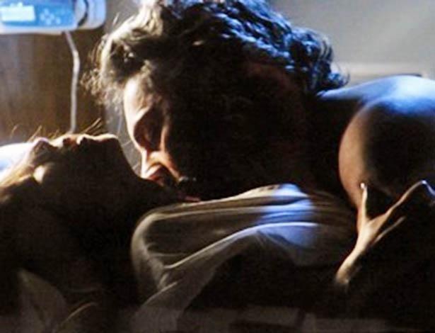 Antes de morrer, Cora delira e diz ao Comendador que quer perder sua virgindade no hospital