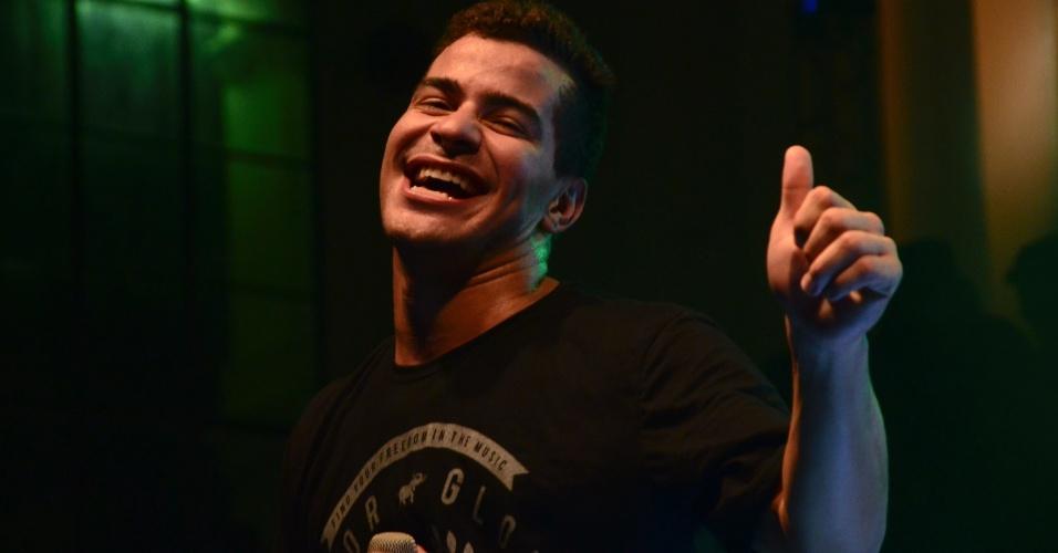 Thiago Martins era um dos mais animados no CarnaUOL, no Rio de Janeiro. Arlindo Cruz, Mumuzinho, Leandro Sapucahy e DJs Dudu Linhares, Cadinho e Tartaruga também se apresentaram na festa nesta sexta-feira