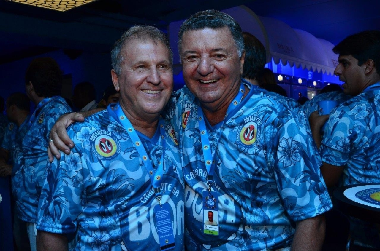 21.fe.2015 - Zico e Arnaldo Cézar Coelho se encontram no camarote da Boa, no Sambódromo