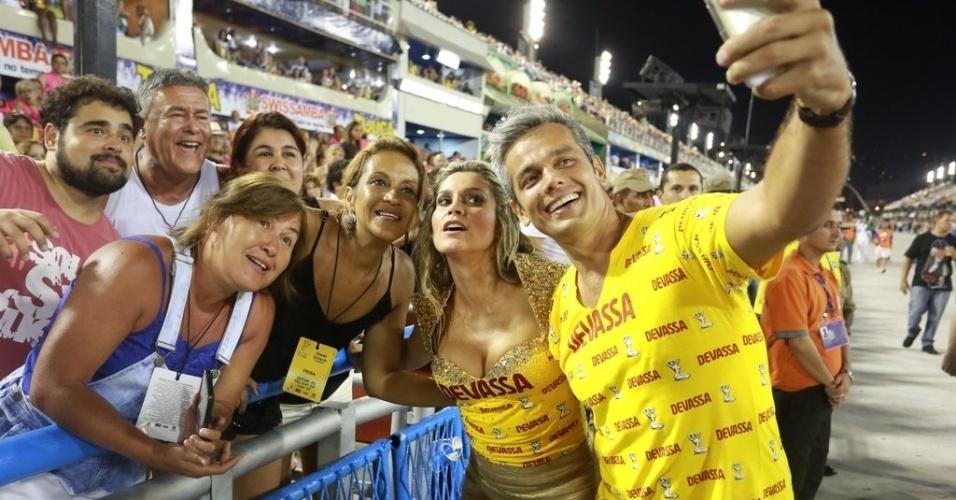 21.fev.2015 - Musos do camarote Devassa, Flávia Alessandra e Otaviano Costa deram uma escapadinha na avenida e posaram para selfies