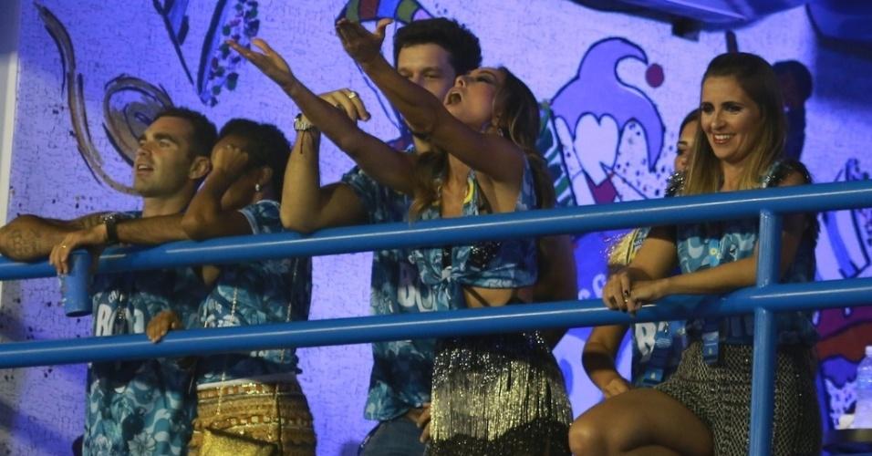 21.fev.2015 - Rainha da Vila Isabel, Sabrina Sato retribui o carinho dos fãs e joga beijos para a plateia. A apresentadora assistiu ao Desfile das Campeãs, no Rio, ao lado do namorado, o ator João Vicente de Castro