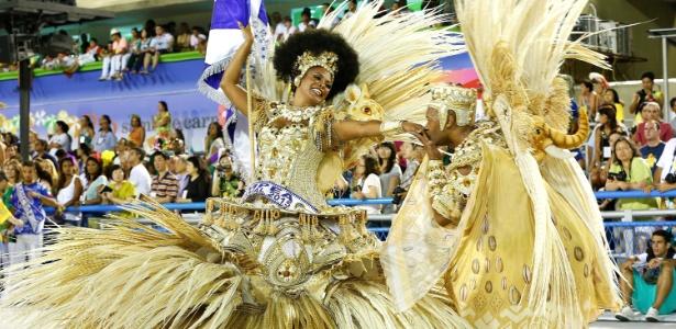 O casal de mestre-sala e porta-bandeira Claudinho e Selminha Sorriso, representando a Beija-Flor no Desfile das Campeãs de 2015