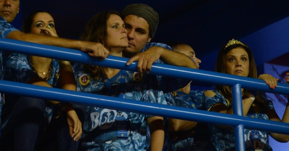 21.fev.2015 - Thiago Lacerda e Vanessa Lóes assistiram aos desfiles das escolas campeãs juntinhos
