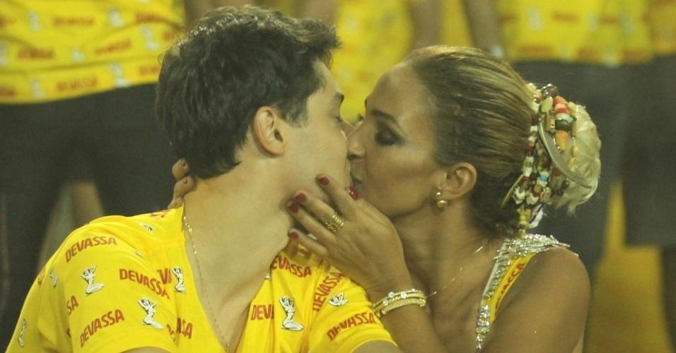 21.fev.2015 - Valesca Popozuda foi uma das famosas que beijaram muito neste Sábado das Campeãs, no Rio. A cantora não desgrudou do namorado, o empresário Diógenes David