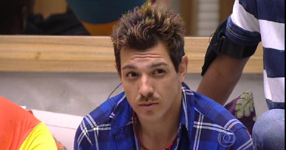 22.fev.2015 - Rafael ganha o direito de escolher um brother para saber o voto e elege Cézar, que revela seu voto em Amanda