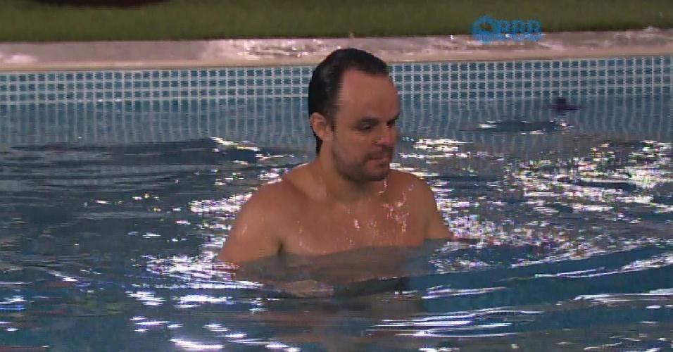 22.fev.2015 - Sem água, Adrilles se ensaboa no banheiro e depois corre para pular na piscina.