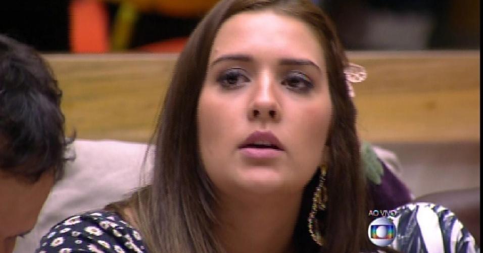 """22.fev.2015 - Tamires imuniza Talita com o anjo na formação do quinto paredão do """"BBB15"""""""