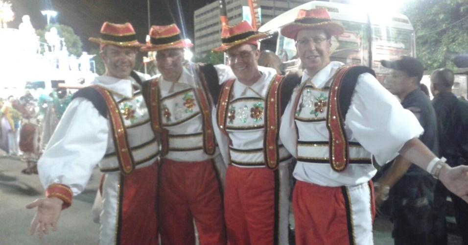 Grupo de suíços desfila na Unidos da Tijuca, no sábado das campeãs
