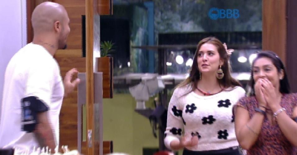 23.fev.2015 - 23.fev.2015 - Tamires e Amanda entram no quarto do líder para sessão de filme com Fernando