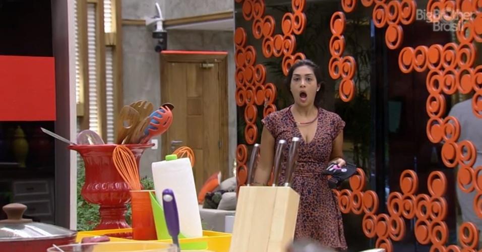 """23.fev.2015 - Amanda fica chocada ao chegar na cozinha e descobrir que a produção do """"BBB15"""" travou a geladeira e retirou todos os alimentos da casa"""