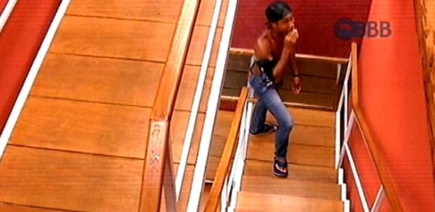 """Integrante do grupo Tá Com Nada, Luan come nugget escondido na escada da academia do """"BBB15"""""""