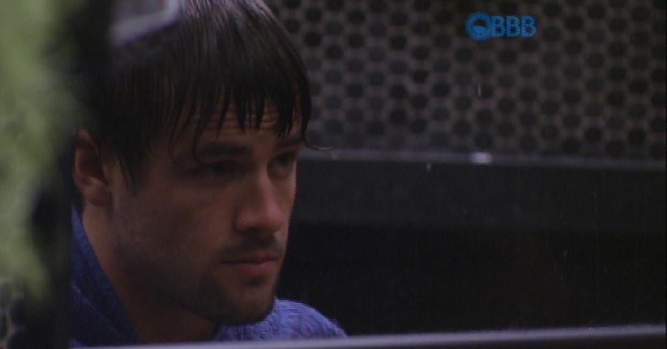 """23.fev.2015 - """"Partiu cortar cabelo"""", diz Rafael, ao passar pela sala com uma pequena tesoura na mão"""