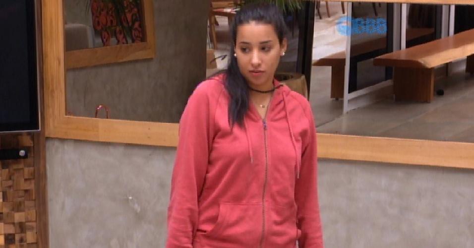 """23.fev.2015 - Rafael diz para Talita que ela só tinha um assunto para falar hoje. """"E era depois dos 30 segundos"""". A sister responde que falou com a produção"""