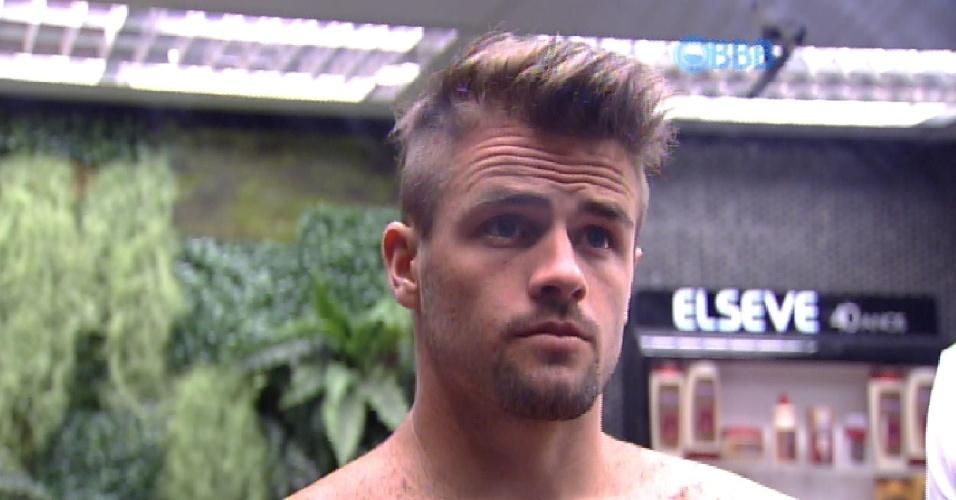 23.fev.2015 - Rafael observa o resultado de seu novo corte de cabelo, feito por ele e consertado com a ajuda de Fernando e Mariza. Gostou?