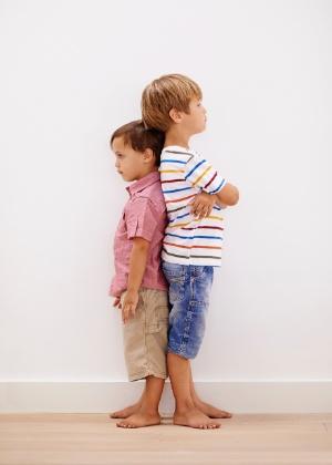 Um cálculo feito a partir das alturas do pai e da mãe dá a estatura-alvo da criança - Getty Images