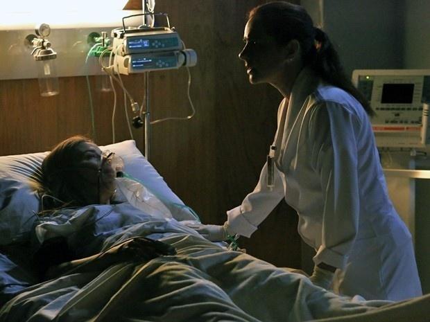 No hospital, Cora sonha com Comendador antes de morrer