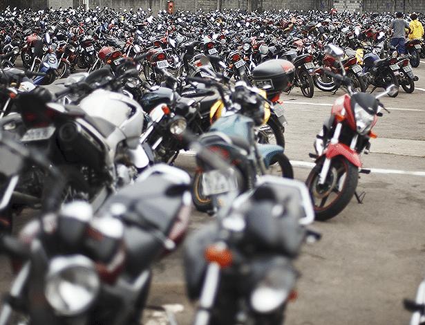 Motos lotam pátio de apreendidos na zona Leste de São Paulo