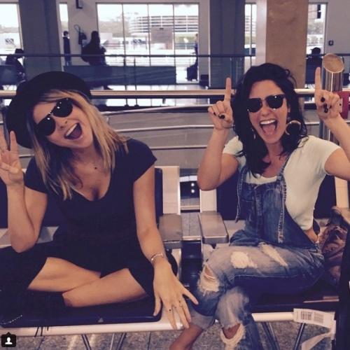 23.fev.2015 - Fernanda Vasconcellos e Julia Faria estão animadas para o casamento de Fernanda Souza e Thiaguinho