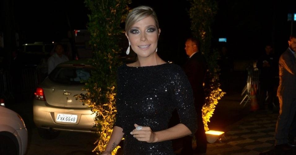 24.fev.2015 - A cantora Luiza Possi escolheu um vestido com uma fenda profunda para a cerimônia de casamento de Thiaguinho e Fernanda Souza