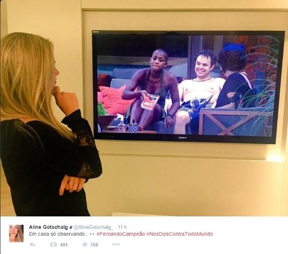 """24.fev.2015 - Aline posta foto no Twitter após ser citada por brothers no reality: """"Em casa só observando"""""""