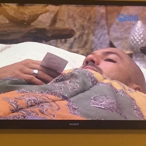 """24.fev.2015 - Ao ver Fernando deitado com uma foto sua no quarto do líder do """"BBB15"""", Aline publicou uma imagem do brother no Instagram"""