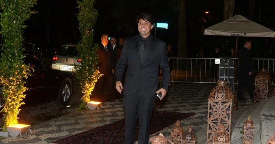 24.fev.2015 - Bruno de Lucca chega para o casamento da amiga Fernanda Souza e Thiaguinho