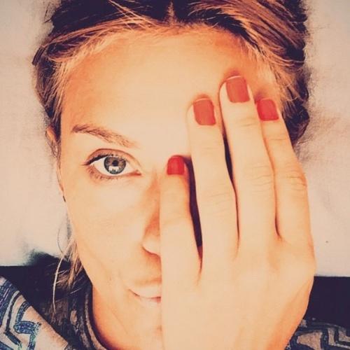 """24.fev.2015 - Carolina Dieckmann mostrou a cor que escolheu para exibir nas unhas durante o casório e aproveitou para fazer propaganda da linha de esmaltes da amiga Preta Gil. """"#esmaltepretagil ?? #casamentodafê #muitoamorenvolvido"""", escreveu a atriz"""