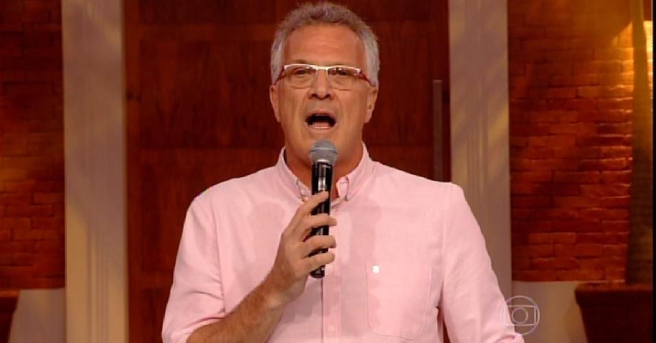 """24.fev.2015 - Em noite de paredão, Pedro Bial comanda o programa da plateia do """"BBB15"""""""