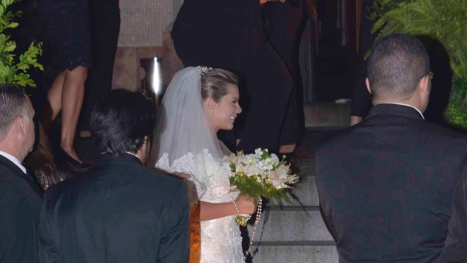 24.fev.2015 - Fernanda Souza chega para o casamento com o cantor Thiaguinho