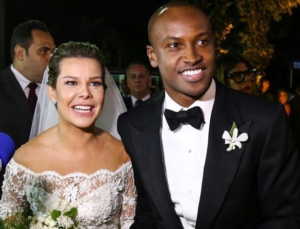 24.fev.2015 - Fernanda Souza e Thiaguinho posam após cerimônia.