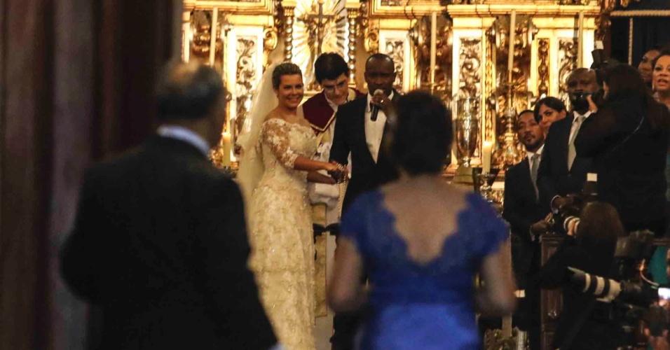 24.fev.2015 - Fernanda Souza e Thiaguinho sobem ao altar na igreja Nossa Senhora do Brasil