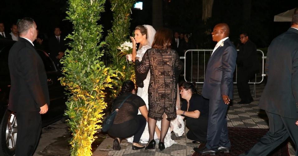 24.fev.2015 - Fernanda Souza joga beijo antes de casamento com Thiaguinho, na igreja Nossa Senhora do Brasil