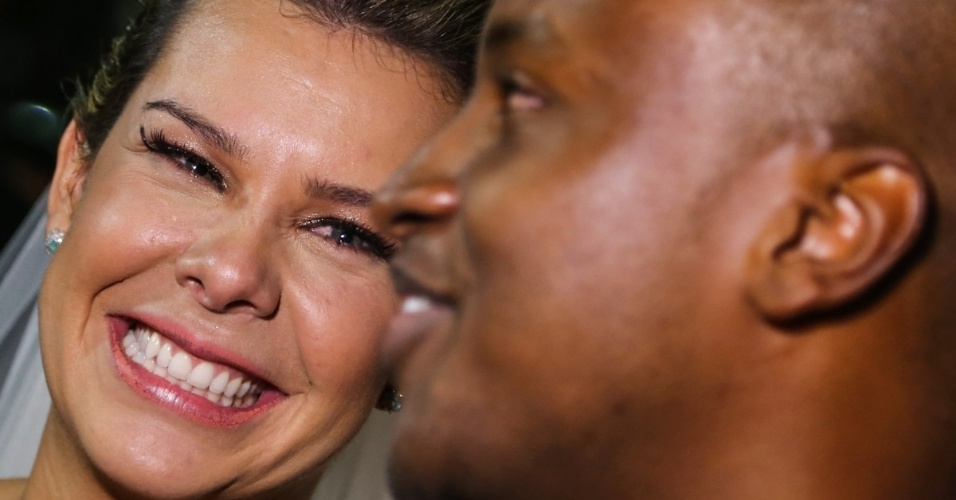 24.fev.2015 - Fernanda Souza se emociona após a cerimônia de casamento com Thiaguinho: